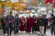 Его Святейшество Далай-лама направляется в главный храм Коясана. Коясан, Япония. 14 ноября 2016 г. Фото: Джигме Чопхел