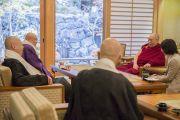 Его Святейшество Далай-лама общается со старшими монахами главного храма в Коясане. Коясан, Япония. 14 ноября 2016 г. Фото: Джигме Чопхел