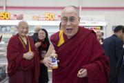 Его Святейшество Далай-лама сделал остановку по дороге из Осаки в Коясан. Коясан, Япония. 14 ноября 2016 г. Фото: Джигме Чопхел