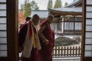 Его Святейшество Далай-лама и один из старших монахов храма по завершении посвящения Ачалы. Коясан, Япония. 14 ноября 2016 г. Фото: Джигме Чопхел