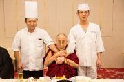 Его Святейшество Далай-лама фотографируется с поварами ресторана в Вакаяме, где он остановился пообедать перед отбытием в Токио. Вакаяма, Япония. 15 ноября 2016 г. Фото: Джигме Чопхел