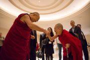 По прибытии в отель Его Святейшество Далай-лама приветствует монахиню тибетской буддийской традиции. Токио, Япония. 15 ноября 2016 г. Фото: Джигме Чопхел