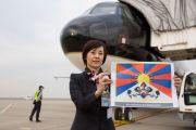 Сотрудники наземной службы приветствуют Его Святейшество Далай-ламу, прилетевшего из Осаки в международный аэропорт Токио Ханэда. Токио, Япония. 15 ноября 2016 г. Фото: Джигме Чопхел