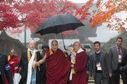 Ранним туманным утром Его Святейшество Далай-лама направляется в конференц-зал главного храма Коясана. Коясан, Япония. 15 ноября 2016 г. Фото: Джигме Чопхел
