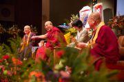 Его Святейшество Далай-лама держит за руку досточтимого Юкея Мацунагу, лидера буддийской традиции сингон, во время публичной лекции в главном храме Коясана. Коясан, Япония. 15 ноября 2016 г. Фото: Джигме Чопхел