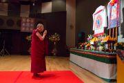 Его Святейшество Далай-лама у алтаря в конференц-зале перед началом публичной лекции. Коясан, Япония. 15 ноября 2016 г. Фото: Джигме Чопхел