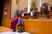 Его Святейшество Далай-лама у алтаря на сцене перед дарованием наставлений ученикам средней школы Сэтагая. Токио, Япония. 16 ноября 2016 г. Фото: Джигме Чопхел