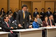 Депутат от Демократической партии Сю Ватанабэ слушает ответ Его Святейшества Далай-ламы на свой вопрос во время встречи, прошедшей в зале заседаний палаты представителей японского парламента. Токио, Япония. 16 ноября 2016 г. Фото: Джигме Чопхел