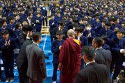 Его Святейшество Далай-лама общается с учениками по завершении лекции в средней школе Сэтагая. Токио, Япония. 16 ноября 2016 г. Фото: Джигме Чопхел