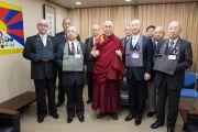 Его Святейшество Далай-лама с директором и преподавателями средней школы Сэтагая. Токио, Япония. 16 ноября 2016 г. Фото: Джигме Чопхел