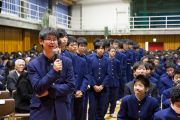 Ученики средней школы Сэтагая выстроились в очередь, чтобы задать вопрос Его Святейшеству Далай-ламе. Токио, Япония. 16 ноября 2016 г. Фото: Джигме Чопхел