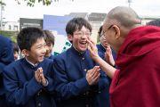 Его Святейшество Далай-лама шутливо приветствует учащихся по прибытии в среднюю школу Сэтагая. Токио, Япония. 16 ноября 2016 г. Фото: Джигме Чопхел