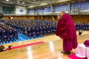Его Святейшество Далай-лама приветствует учеников, поднявшись на сцену в спортивном зале средней школы Сэтагая. Токио, Япония. 16 ноября 2016 г. Фото: Джигме Чопхел