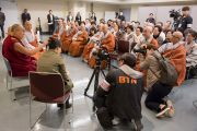 Его Святейшество Далай-лама общается с группой буддистов из Кореи. Иокогама, Япония. 17 ноября 2016 г. Фото: Джигме Чопхел