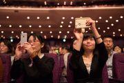 Слушатели фотографируют Его Святейшество Далай-ламу во время публичной лекции «Сострадание – ключ к счастью». Иокогама, Япония. 17 ноября 2016 г. Фото: Джигме Чопхел