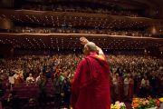 Его Святейшество Далай-лама приветствует слушателей, поднявшись на сцену выставочного центра «Пасифик Иокогама». Иокогама, Япония. 17 ноября 2016 г. Фото: Джигме Чопхел