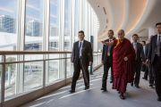 Его Святейшество Далай-лама прибывает в выставочный центр «Пасифик Иокогама», чтобы прочесть публичную лекцию «Сострадание – ключ к счастью». Иокогама, Япония. 17 ноября 2016 г. Фото: Джигме Чопхел