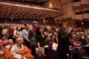 Слушатели выстроились в очередь, чтобы задать свои вопросы Его Святейшеству Далай-ламе во время публичной лекции «Сострадание – ключ к счастью». Иокогама, Япония. 17 ноября 2016 г. Фото: Джигме Чопхел