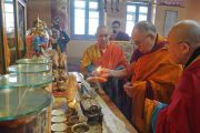 Его Святейшество Далай-лама возжигает лампаду у алтаря в Храме Ваджрадхары в главном монастыре Монголии Гандан Тегченлинг. Улан-Батор, Монголия. 19 ноября 2016 г. Фото: Тензин Такла (офис ЕСДЛ)