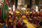 Его Святейшество Далай-лама возглавляет молебен в зале собраний Гандан главного монастыря Монголии Гандан Тегченлинг. Улан-Батор, Монголия. 19 ноября 2016 г. Фото: Игорь Янчеглов (фонд «Сохраним Тибет»)