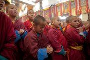 Юные монахи ожидают прибытия Его Святейшества Далай-ламы в дацан Йига Чолинг. Улан-Батор, Монголия. 19 ноября 2016 г. Фото: Игорь Янчеглов (фонд «Сохраним Тибет»)