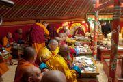 Его Святейшество Далай-лама обедает в традиционной монгольской юрте в монастыре Гандан Тегченлинг. Улан-Батор, Монголия. 19 ноября 2016 г. Фото: Игорь Янчеглов (фонд «Сохраним Тибет»)