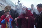 Ранним утром в небывалый для Улан-Батора мороз Его Святейшество Далай-лама покидает свой гостевой дом, направляясь в спортивный комплекс «Буянт Ухаа». Улан-Батор, Монголия. 20 ноября 2016 г. Фото: Тензин Такла (офис ЕСДЛ)