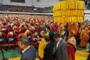 Его Святейшество Далай-лама приветствует более 12,000 верующих по прибытии в спортивный комплекс «Буянт Ухаа». Улан-Батор, Монголия. 20 ноября 2016 г. Фото: Тензин Такла (офис ЕСДЛ)