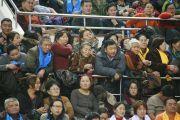 Верующие, которым не хватило мест, стоя слушают учения Его Святейшества Далай-ламы в спортивном комплексе «Буянт Ухаа», в котором собралось более 12,000 человек. Улан-Батор, Монголия. 20 ноября 2016 г. Фото: Игорь Янчеглов (фонд «Сохраним Тибет»)