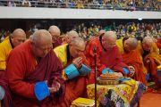 Старшие священнослужители Монголии возносят молитвы во время учений Его Святейшества Далай-ламы в спортивном комплексе «Буянт Ухаа». Улан-Батор, Монголия. 20 ноября 2016 г. Фото: Тензин Такла (офис ЕСДЛ)