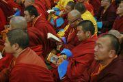 Верующие читают текст во время дневной сессии учений Его Святейшества Далай-ламы по сочинениям Чже Цонкапы в спортивном комплексе «Буянт Ухаа». Улан-Батор, Монголия. 20 ноября 2016 г. Фото: Игорь Янчеглов (фонд «Сохраним Тибет»)