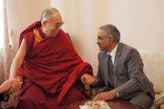 Его Святейшество Далай-лама и господин Суреш Бабу, посол Республики Индия в Монголии, во время обеда в индийском посольстве. Улан-Батор, Монголия. 21 ноября 2016 г. Фото: Тензин Такла (офис ЕСДЛ)