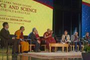 Его Святейшество Далай-лама и другие участники дневной сессии международной конференции «Буддизм и наука». Улан-Батор, Монголия. 21 ноября 2016 г. Фото: Игорь Янчеглов (фонд «Сохраним Тибет»)