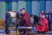 Его Святейшество Далай-лама получает награду перед началом лекции для молодежи в Центральном дворце культуры. Улан-Батор, Монголия. 22 ноября 2016 г. Фото: Игорь Янчеглов (фонд «Сохраним Тибет»)