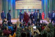 Его Святейшество Далай-лама машет своим почитателям рукой на прощание по завершении лекции в Центральном дворце культуры. Улан-Батор, Монголия. 22 ноября 2016 г. Фото: Игорь Янчеглов (фонд «Сохраним Тибет»)