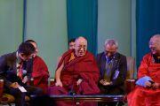 Его Святейшество Далай-лама смеется, отвечая на вопросы из зала во время лекции в Центральном дворце культуры. Улан-Батор, Монголия. 22 ноября 2016 г. Фото: Тензин Палджор