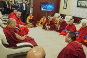 Его Святейшество Далай-лама беседует со старшими священнослужителями монастыря Гандан Тегченлинг в Международном аэропорту имени Чингисхана. Улан-Батор, Монголия. 23 ноября 2016 г. Фото: Тензин Такла (офис ЕСДЛ)