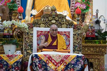 В Цуглакханге Далай-лама встретился с тибетскими паломниками