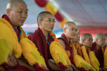 Далай-лама принял участие в церемонии вручения первых дипломов геше-ма