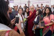 Его Святейшество Далай-лама фотографируется со слушателями по завершении 5-й ежегодной церемонии вручения дипломов в университете им. Амбедкара. Нью-Дели, Индия. 9 декабря 2016 г. Фото: Тензин Чойджор (офис ЕСДЛ)