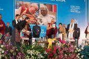 Его Святейшество Далай-лама представляет публике новую книгу Института тибетской медицины и астрологии Мен-ци-кханг перед началом публичной лекции. Нью-Дели, Индия. 9 декабря 2016 г. Фото: Тензин Чойджор (офис ЕСДЛ)