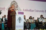 Его Святейшество Далай-лама выступает с обращением во время 5-й ежегодной церемонии вручения дипломов в университете им. Амбедкара. Нью-Дели, Индия. 9 декабря 2016 г. Фото: Тензин Чойджор (офис ЕСДЛ)