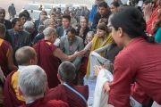 Его Святейшество Далай-лама общается со своими почитателями по завершении публичной лекции на стадионе «Тьягарадж». Нью-Дели, Индия. 9 декабря 2016 г. Фото: Тензин Чойджор (офис ЕСДЛ)