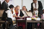 Его Святейшество Далай-лама расписывается в книге почетных гостей в ходе 5-й ежегодной церемонии вручения дипломов в университете им. Амбедкара. Нью-Дели, Индия. 9 декабря 2016 г. Фото: Тензин Чойджор (офис ЕСДЛ)