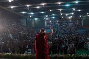 Его Святейшество Далай-лама приветствует слушателей по прибытии на стадион «Тьягарадж» для прочтения публичной лекции в рамках празднования 50-й годовщины Тибетского дома Нью-Дели и столетия со дня основания Института тибетской медицины и астрологии Мен-ци-кханг. Нью-Дели, Индия. 9 декабря 2016 г. Фото: Тензин Чойджор (офис ЕСДЛ)