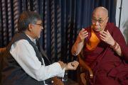 Лауреаты Нобелевской премии мира Его Святейшество Далай-лама и Кайлаш Сатьярти во время интервью для Си-Би-Эс. Нью-Дели, Индия. 9 декабря 2016 г. Фото: Джереми Рассел (офис ЕСДЛ)