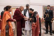 Его Святейшество Далай-лама приветствует лауреата Нобелевской премии мира 2014 года Кайлаша Сатьярти и его супругу по прибытии в Раштрапати-Бхаван на открытие конференции по правам детей. Нью-Дели, Индия. 10 декабря 2016 г. Фото: Тензин Чойджор (офис ЕСДЛ)