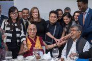 Лауреаты Нобелевской премии мира Его Святейшество Далай-лама и Кайлаш Сатьярти с участниками конференции по правам детей в культурном центре Раштрапати-Бхавана. Нью-Дели, Индия. 10 декабря 2016 г. Фото: Тензин Чойджор (офис ЕСДЛ)