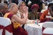 Его Святейшество Далай-лама общается за обедом с участниками конференции по правам детей в культурном центре Раштрапати-Бхавана. Нью-Дели, Индия. 10 декабря 2016 г. Фото: Тензин Чойджор (офис ЕСДЛ)