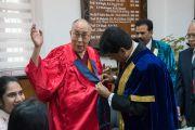 Заместитель ректора университета Майсура К.С. Рангаппа помогает Его Святейшеству Далай-ламе надеть университетскую мантию. Майсур, штат Карнатака, Индия. 13 декабря 2016 г. Фото: Тензин Чойджор (офис ЕСДЛ)
